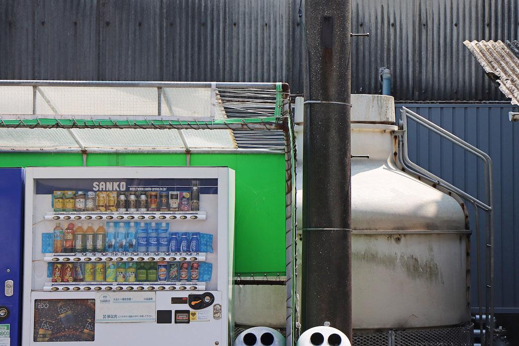 工場脇の自動販売機、缶コーヒー・スポーツ飲料が人気